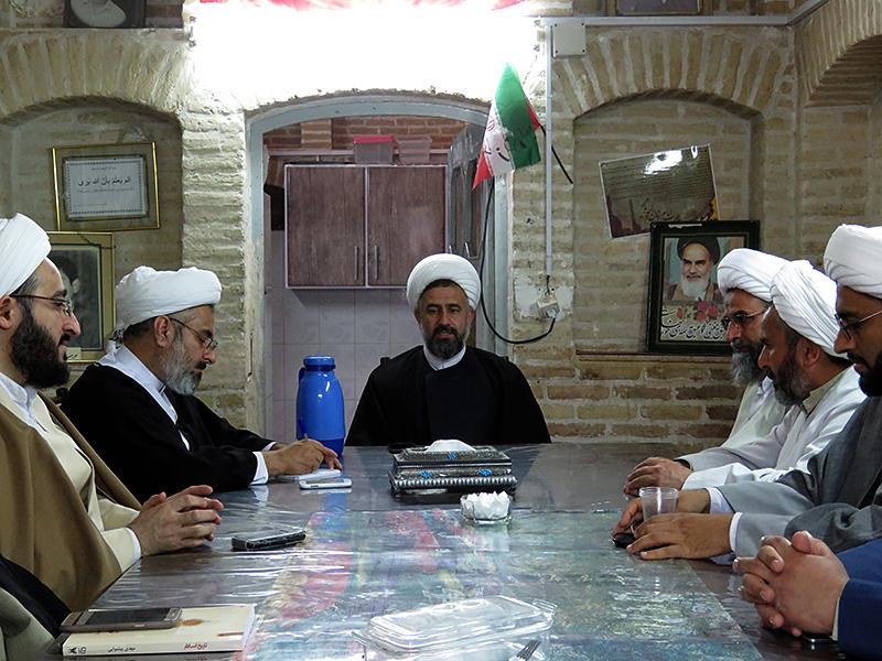 تصاویر دیدار مدیر حوزه علمیه یزد با کادر مدرسه علمیه امام خمینی(ره)