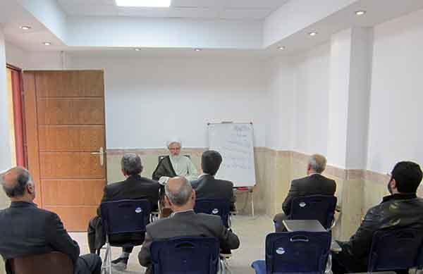 جلسه شرح و تفسیر نهجالبلاغه با حضور کسبه و بازاریان، در مدرسه علمیه عبدالرحیم خان یزد