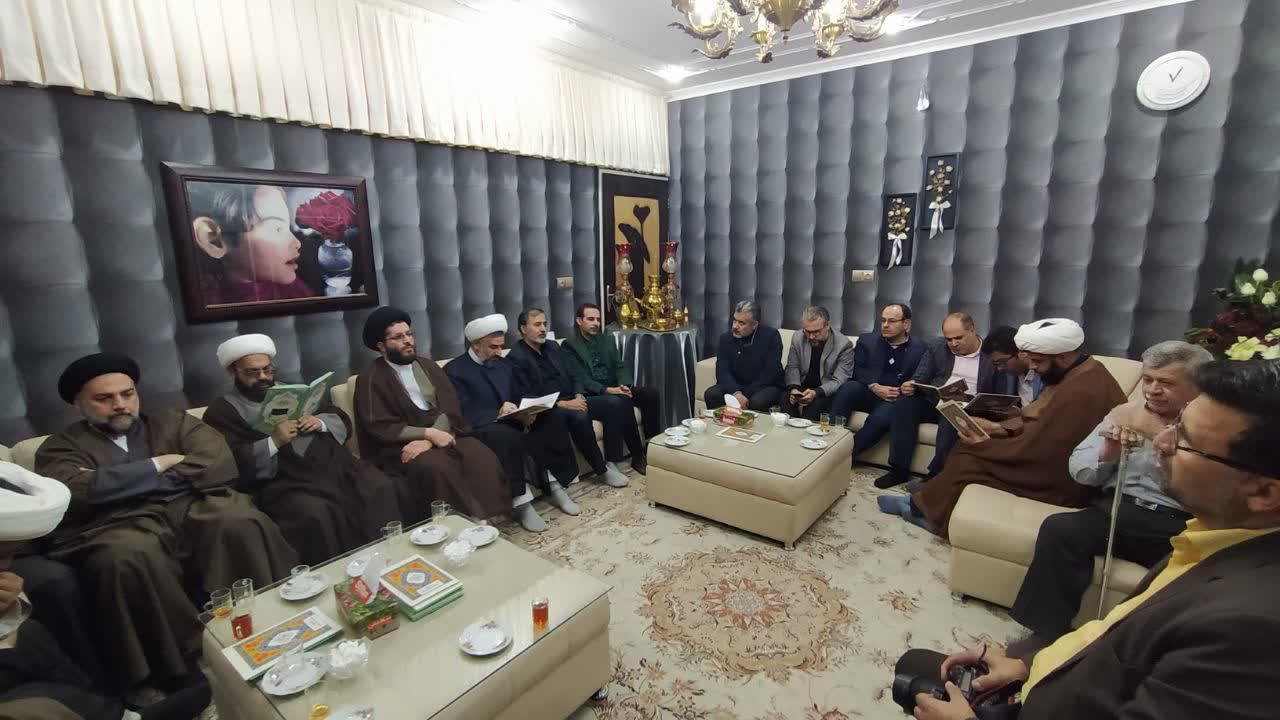 حضـور مدیر حوزه علمیه استان یزد در منزل یکی از عروج یافتگان سانحه هوایی+ عکس