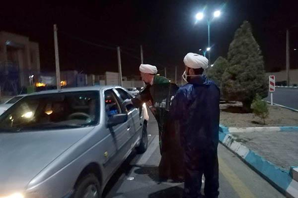 حضور مستقیم مدیر حوزه علمیه استان یزد در صحنه توزیع مواد ضدعفونی در سطح شهر + عکس و فیلم