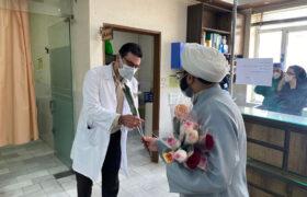 گزارش تصویری از اهدای گل به کادر بیمارستان گودرز