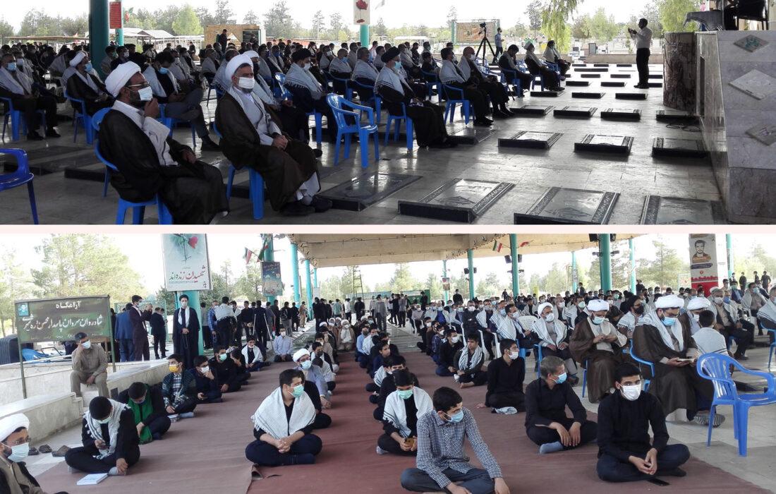 ادای احترام طلاب و روحانیون یزد به شهدا